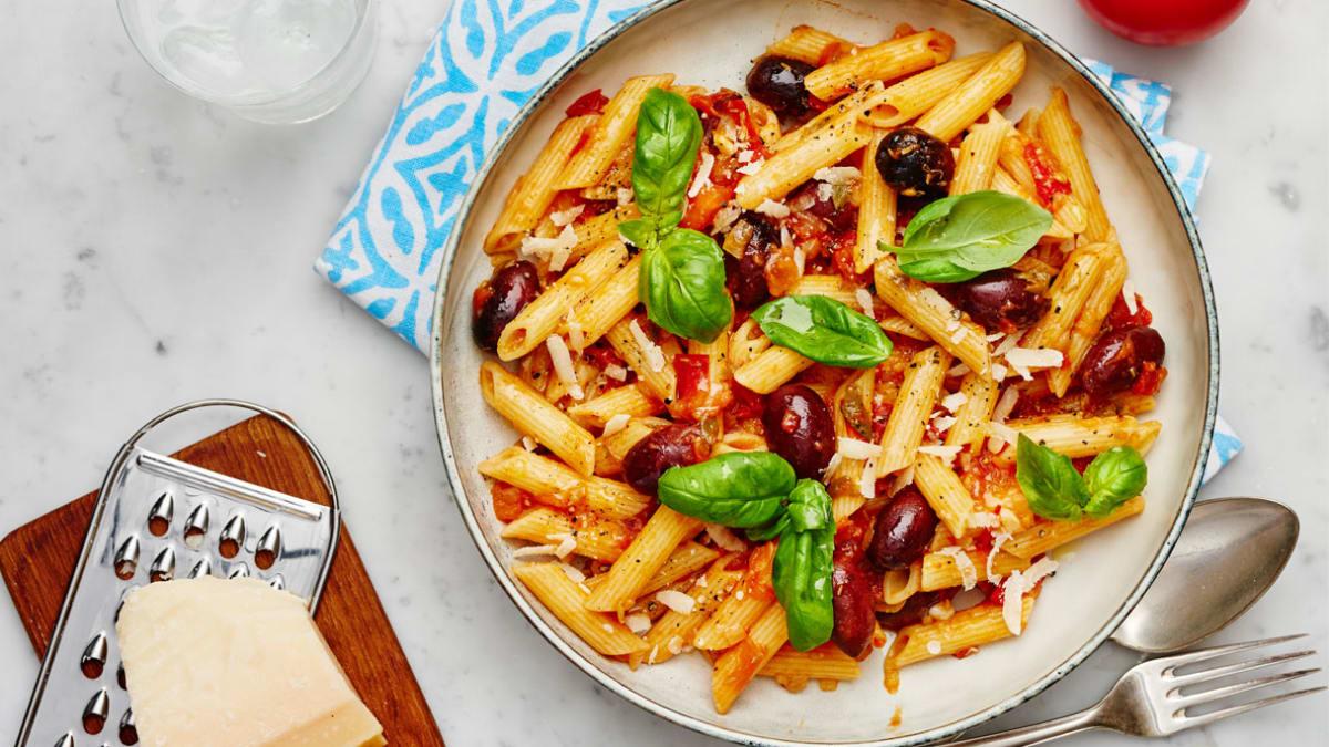 Makaronai su pomidorų padažu, alyvuogėmis ir ančiuviais
