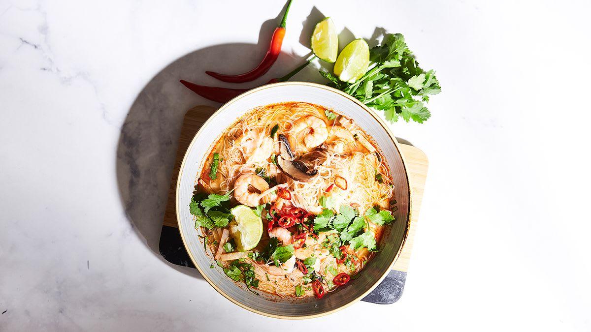 Garneles ar rīsu nūdelēm čili buljonā