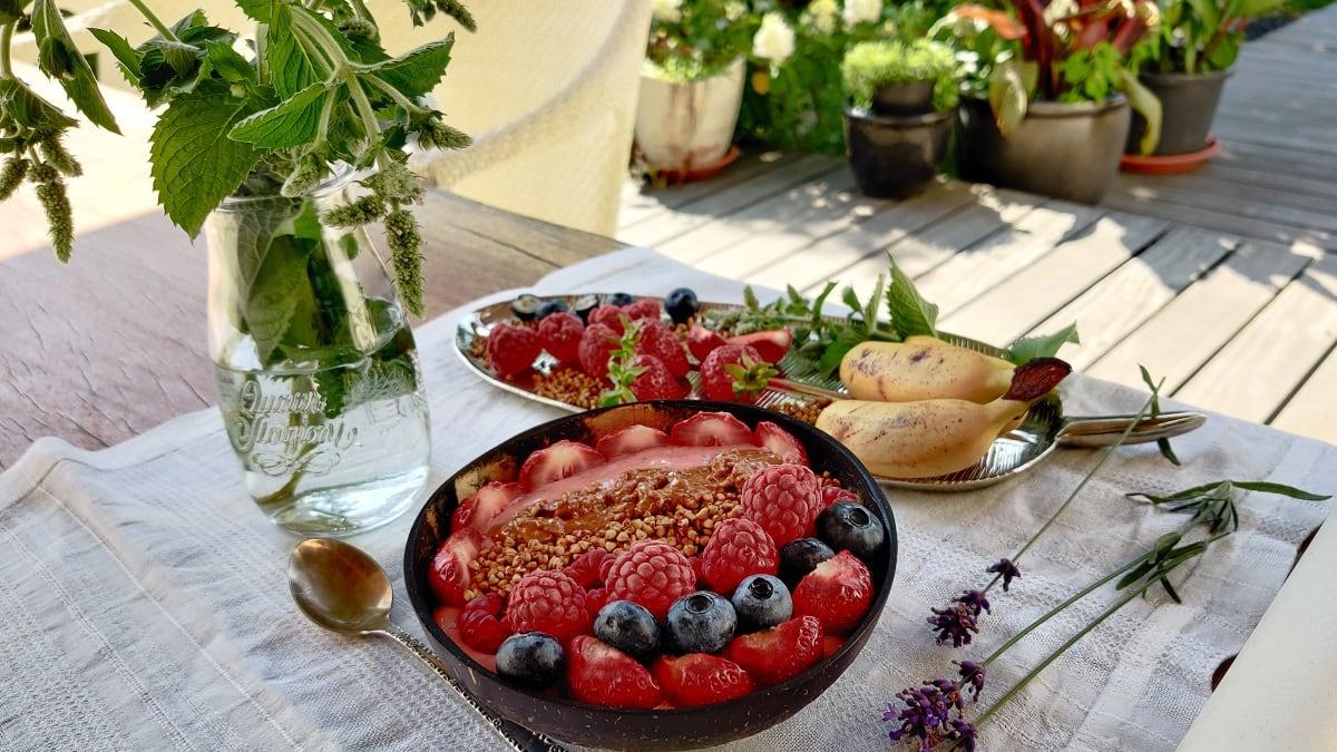 Maasika smuutikauss ja veganjäätis
