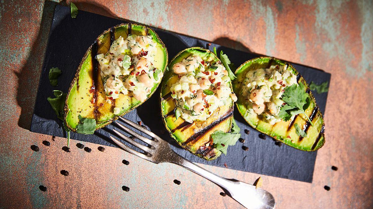 Grilēti avokado ar turku zirņu salātiem