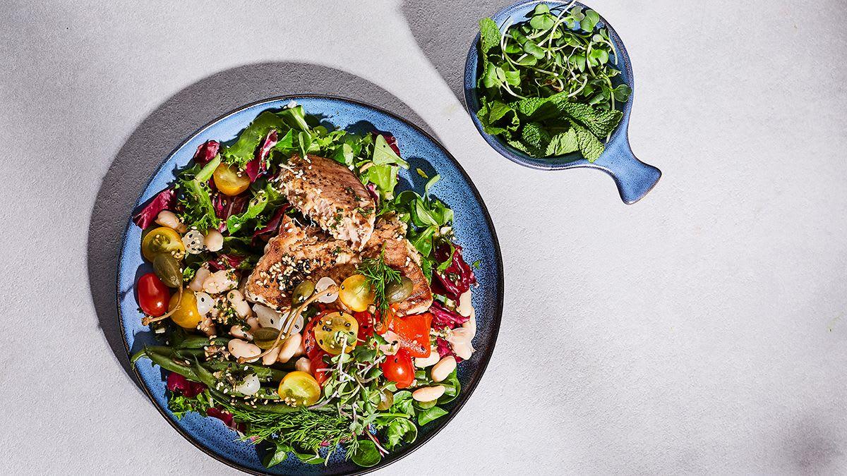 Tunča salāti ar pupiņām, marinētu papriku un sīpoliem