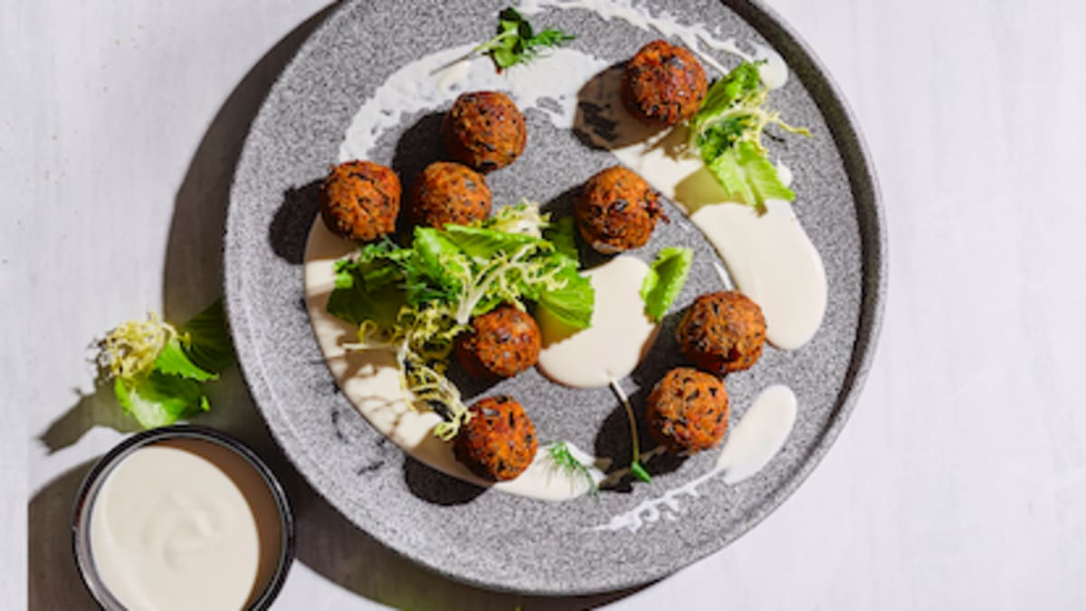 Pelēko zirņu falafeli ar Indijas riekstiem