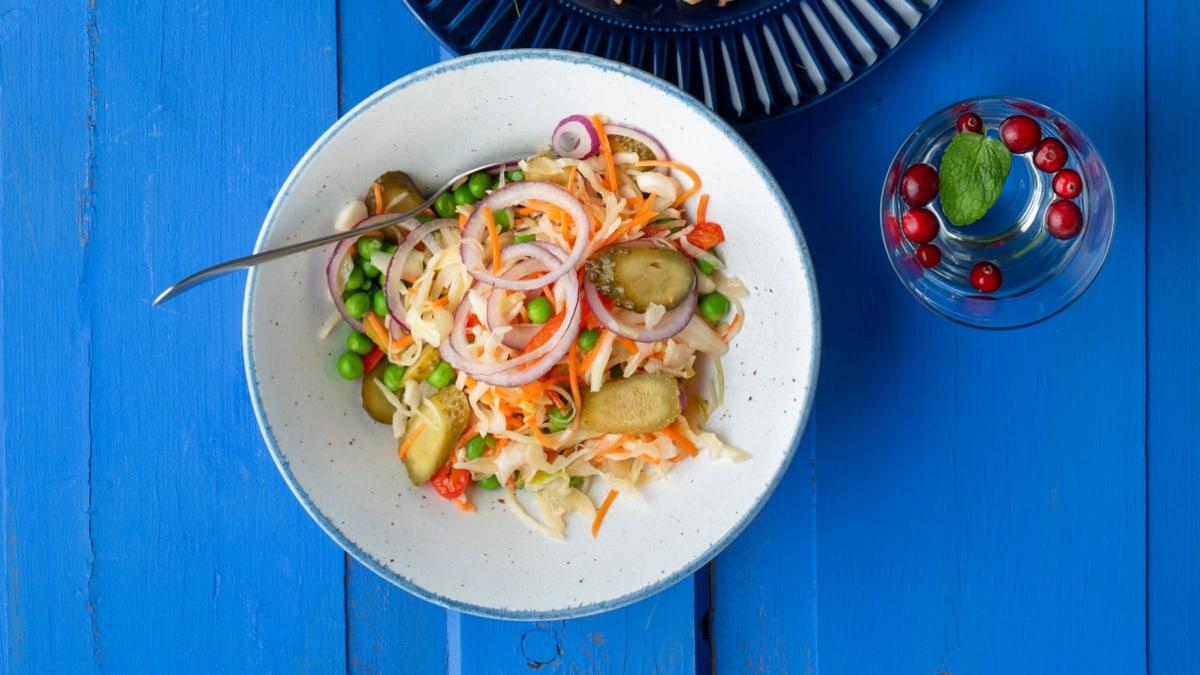 Salotos su marinuotais kopūstais, agurkais ir svogūnais