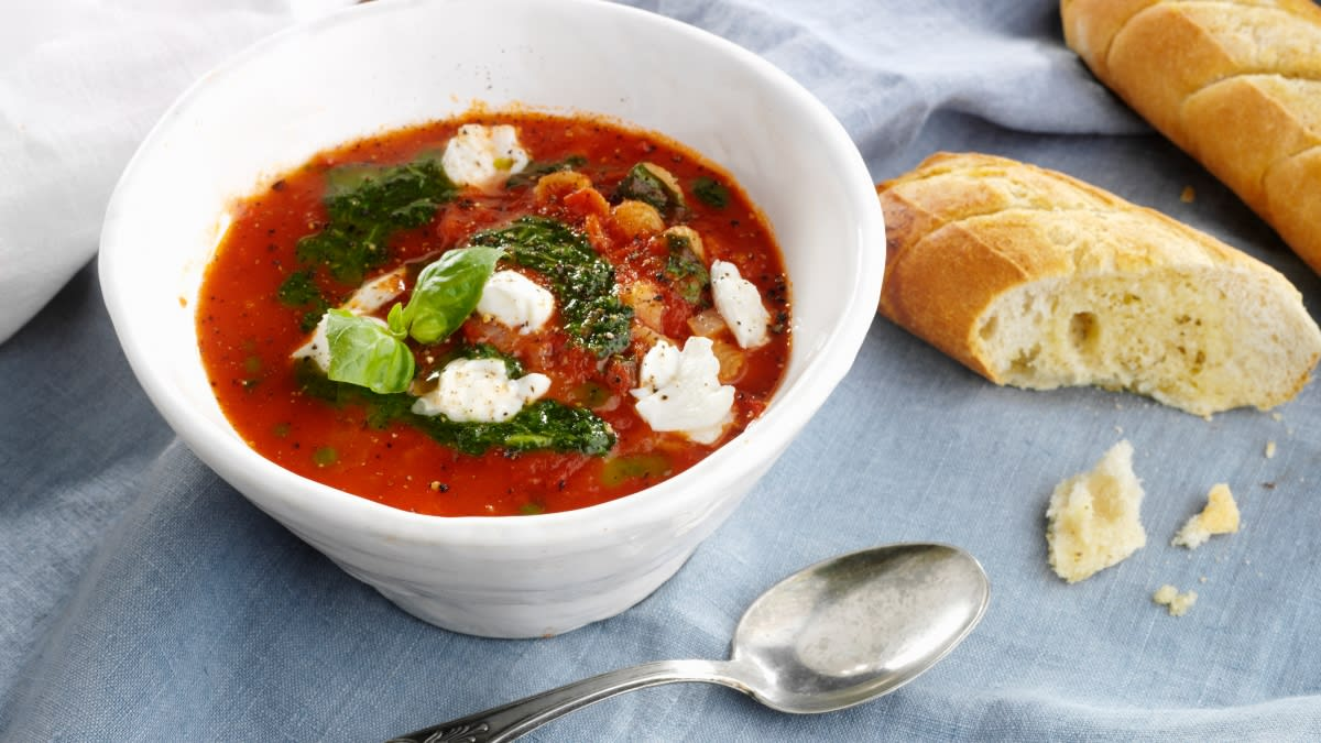 Pomidorų sriuba su mocarelos sūriu ir bazilikais