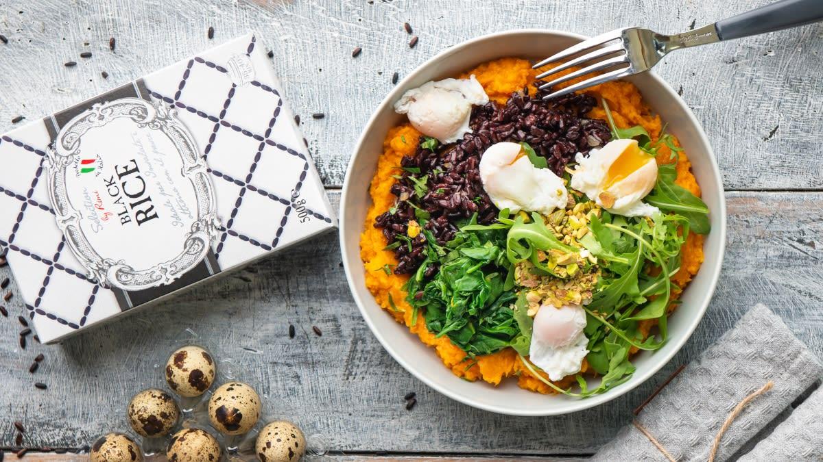Juodieji ryžiai su putpelių kiaušiniais ir saldžiųjų bulvių koše