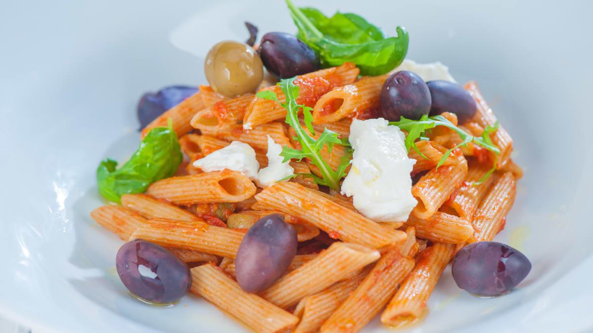 Pilngraudu pasta ar tomātu un olīvu mērci