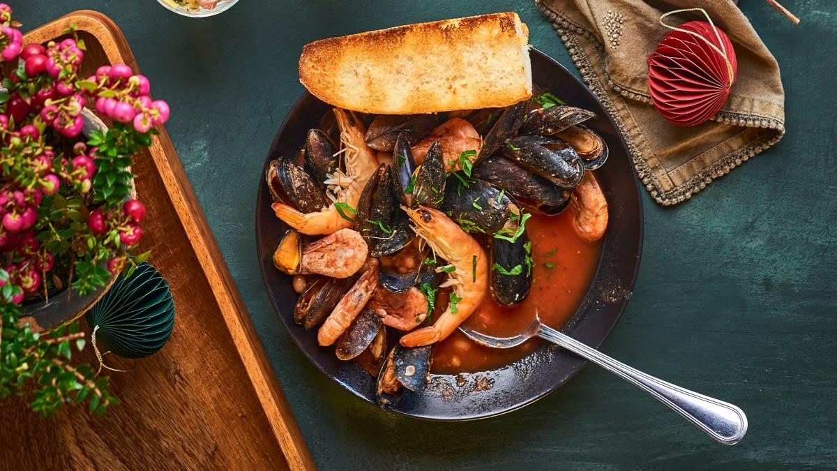 Midijų ir krevečių užkandis su pomidorais ir pupelėmis
