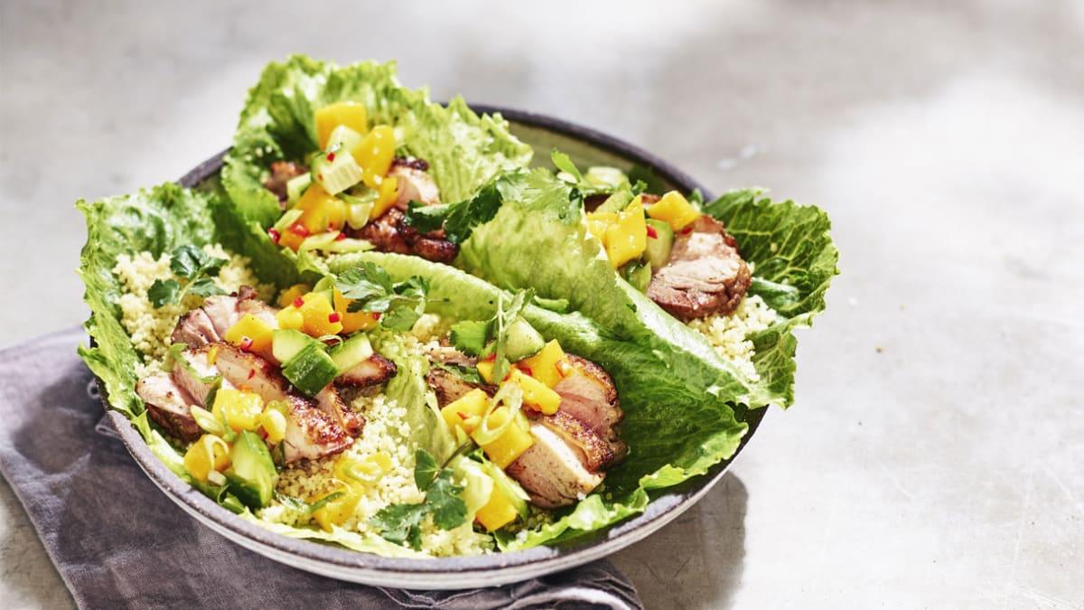 Grilyje kepta vištiena su prieskoniais, mangų salsa ir kuskusu įdarytais salotų lapais
