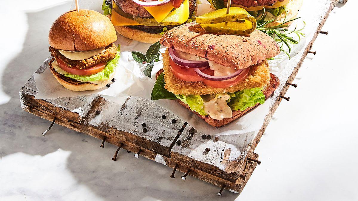 Panko rīvmaizē panēta tofu burgers ar sinepju-gurķu mērci