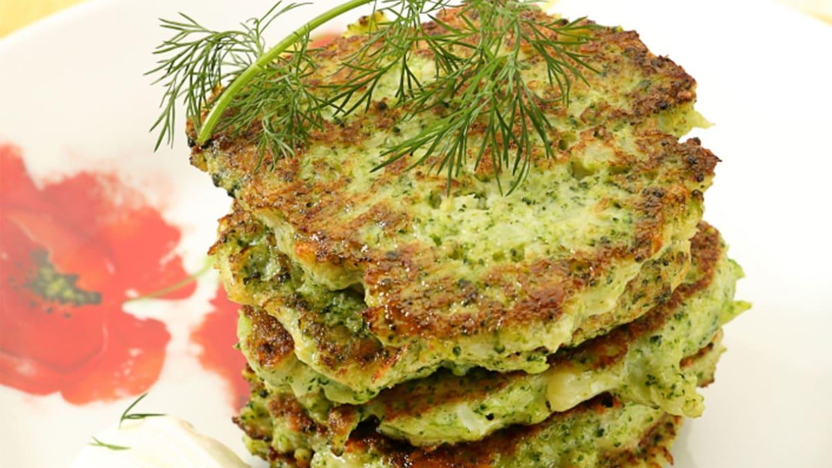 Brokolių, kiaušinių ir sūrio blyneliai