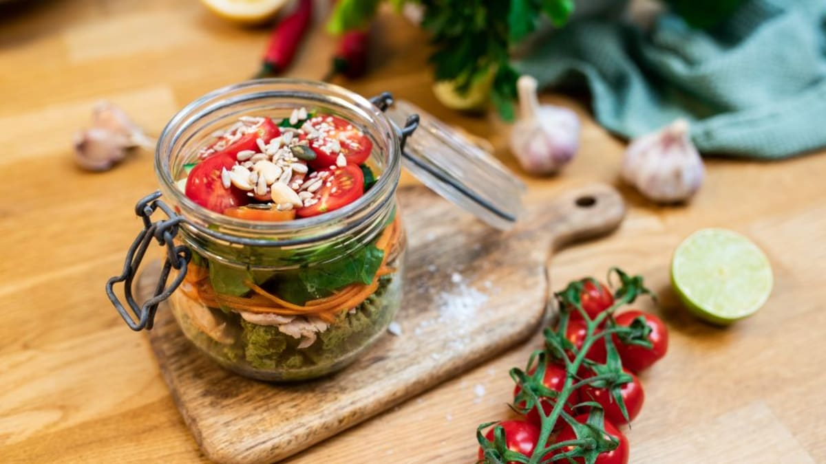 Purgilõuna basiilikupesto, pasta, ahjukana ja köögiviljadega
