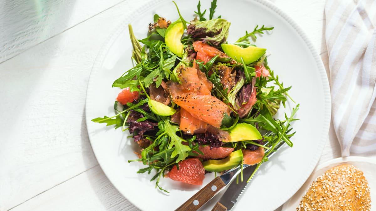 Salotos su greipfrutais ir lašiša