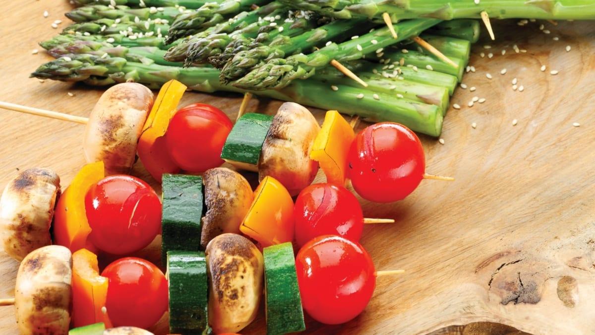 Grilyje kepti smidrai ir daržovių vėrinukai