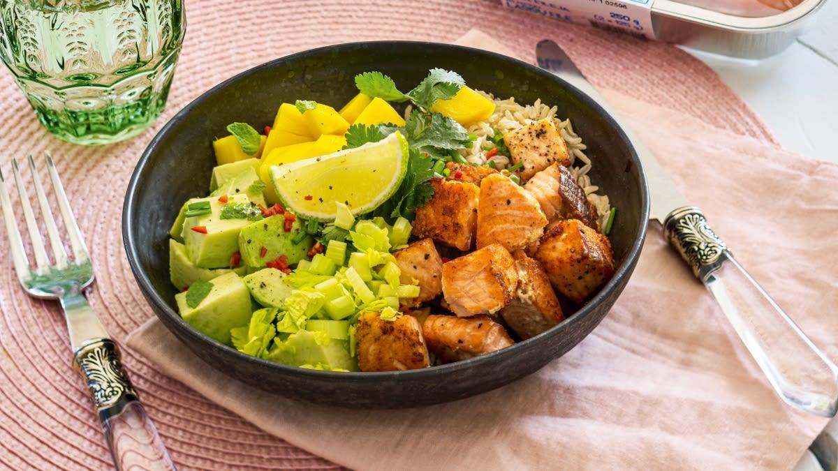 Aštrios lašišų salotos su mangais ir avokadais