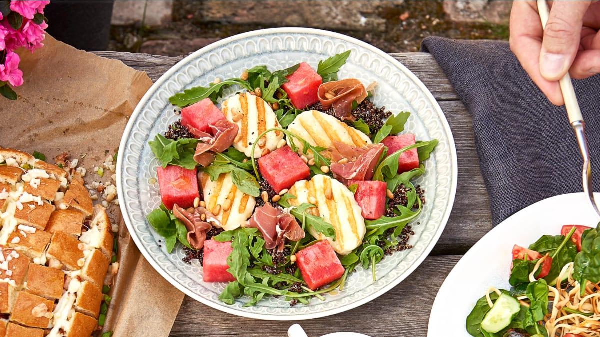Salotos su grilyje keptu Holloumi sūriu, bolivine balanda ir arbūzu