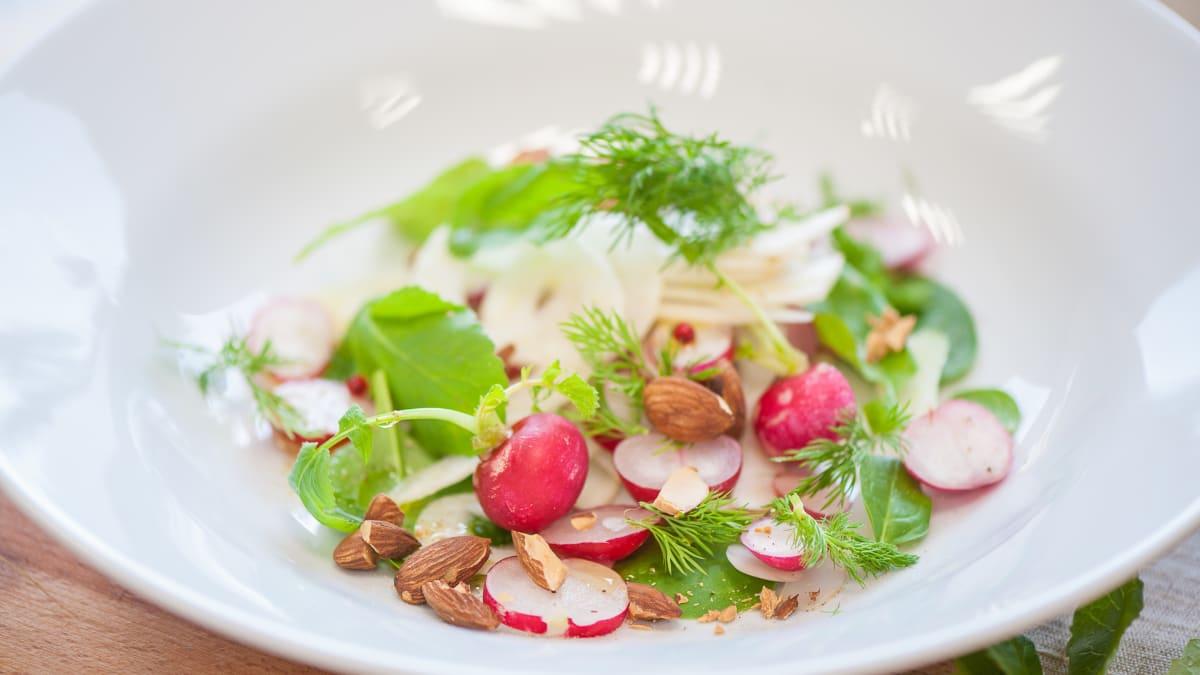 Pavasara salāti ar mandelēm
