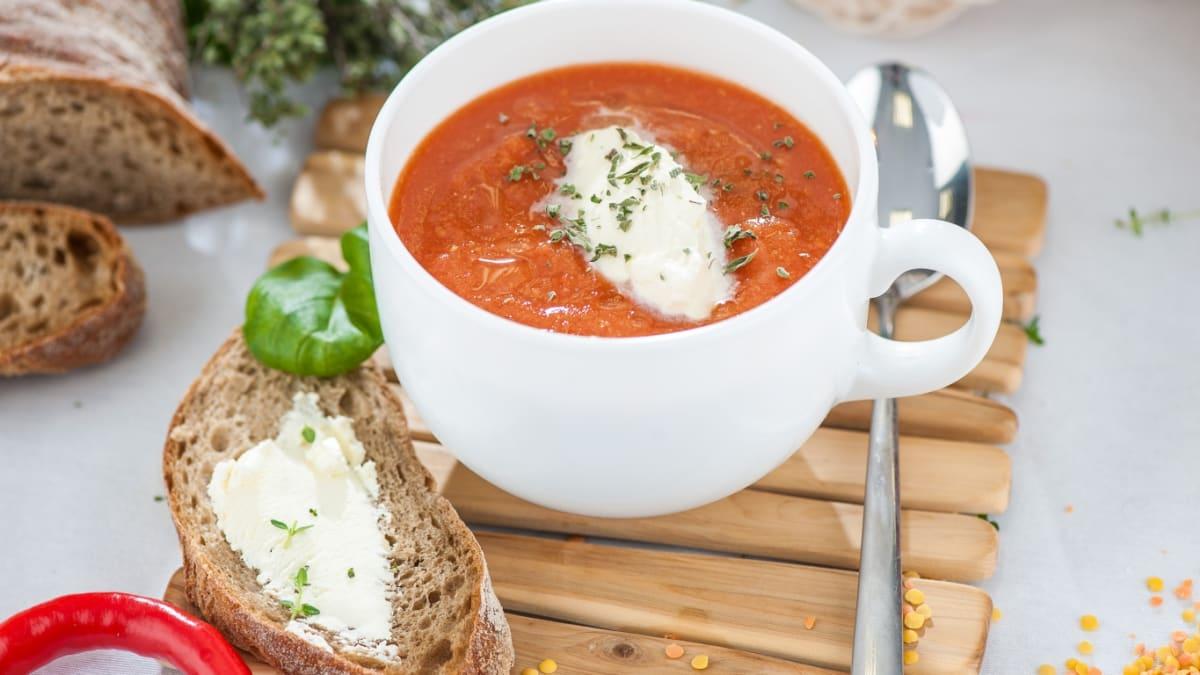 Lēcu zupa ar kariju, tomātiem un spinātiem