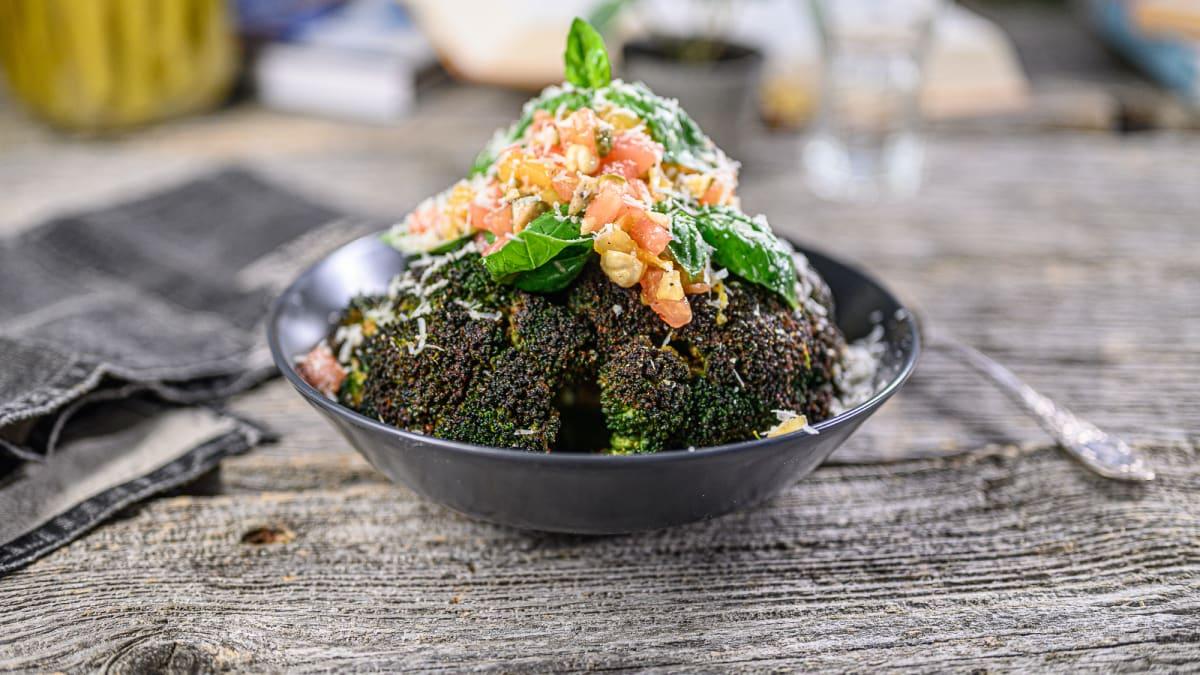 Cepts brokolis ar tomātu salsu