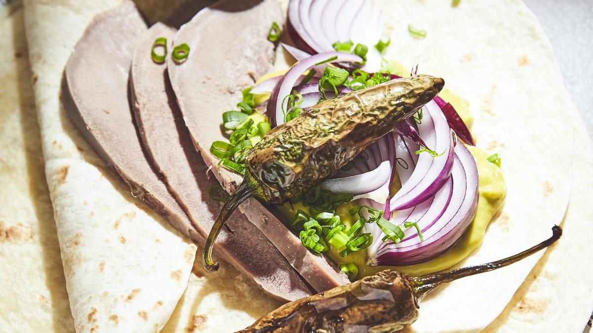 Tortilja ar cūkas mēli un gvakamoli