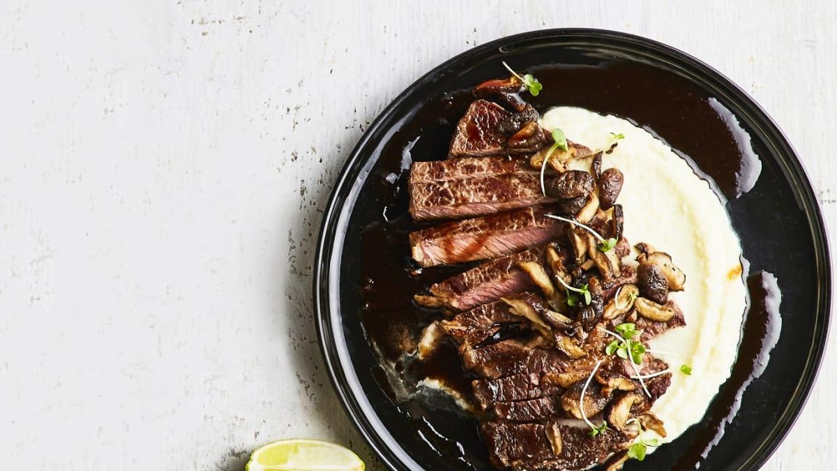 Liellopa antrekota steiks ar ziedkāpostu biezeni un šitaki