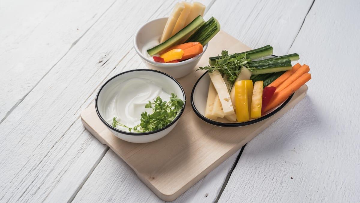 Siera un dārzeņu strēmelītes ar jogurta mērci