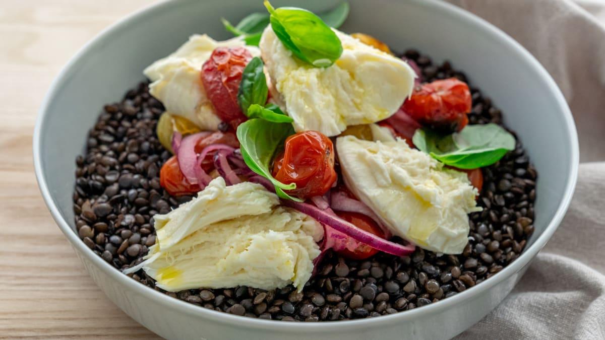 Beluga lēcu salāti ar mozzarella sieru