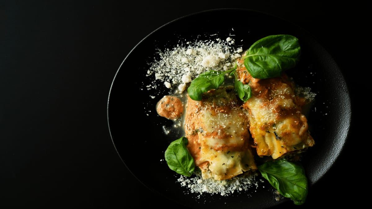 Ar spinātiem un sieru pildīti Cannelloni makaroni
