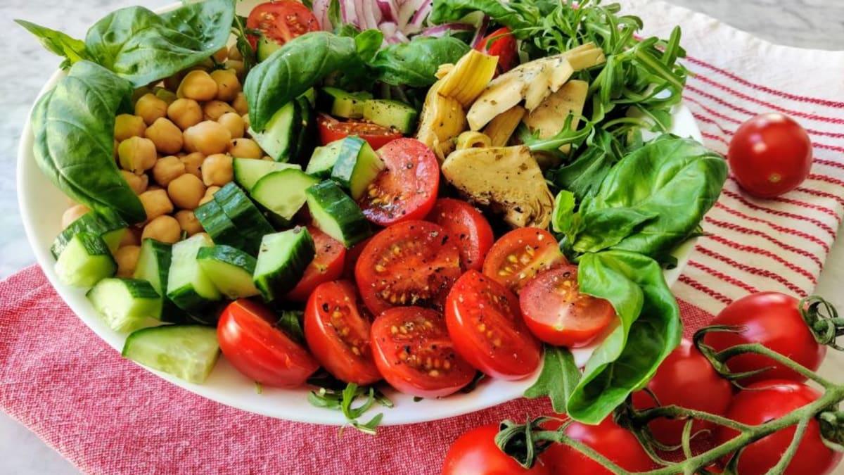 Tomati rukola artišoki salat