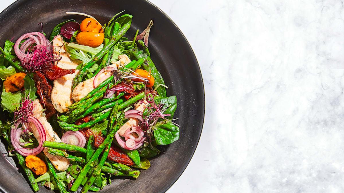 Siltie vistas salāti ar sparģeļiem