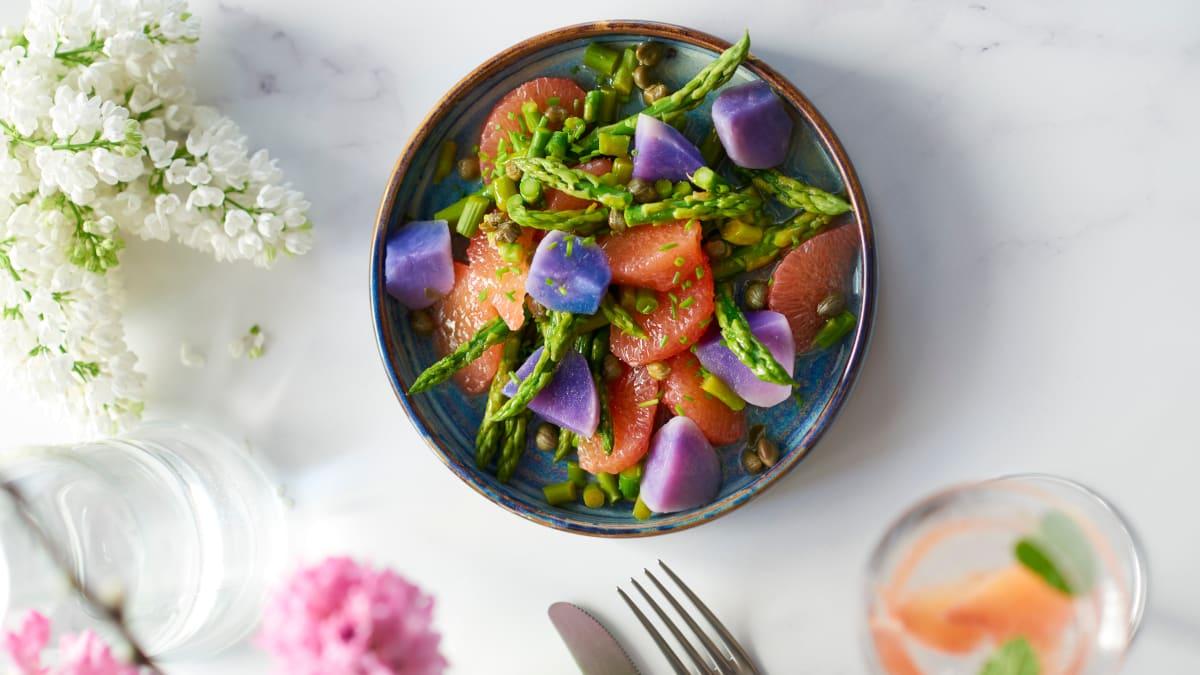 Mėlynųjų bulvių salotos su greipfrutais ir šparagais