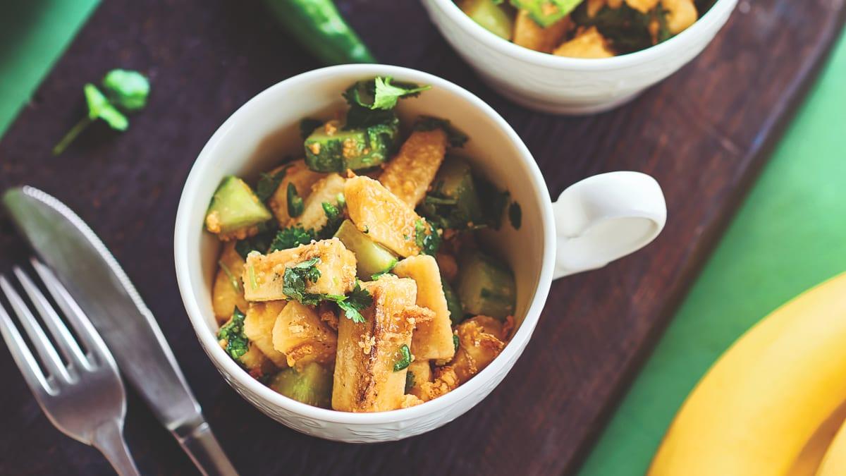 Bananų ir agurkų salotos su žaliąja aitriąja paprika