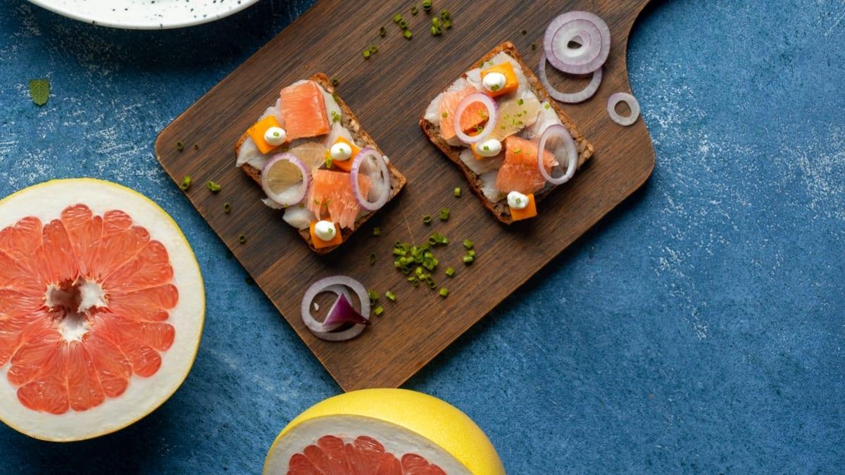 Daniškas sumuštinis su greipfrutais, moliūgais ir silkėmis