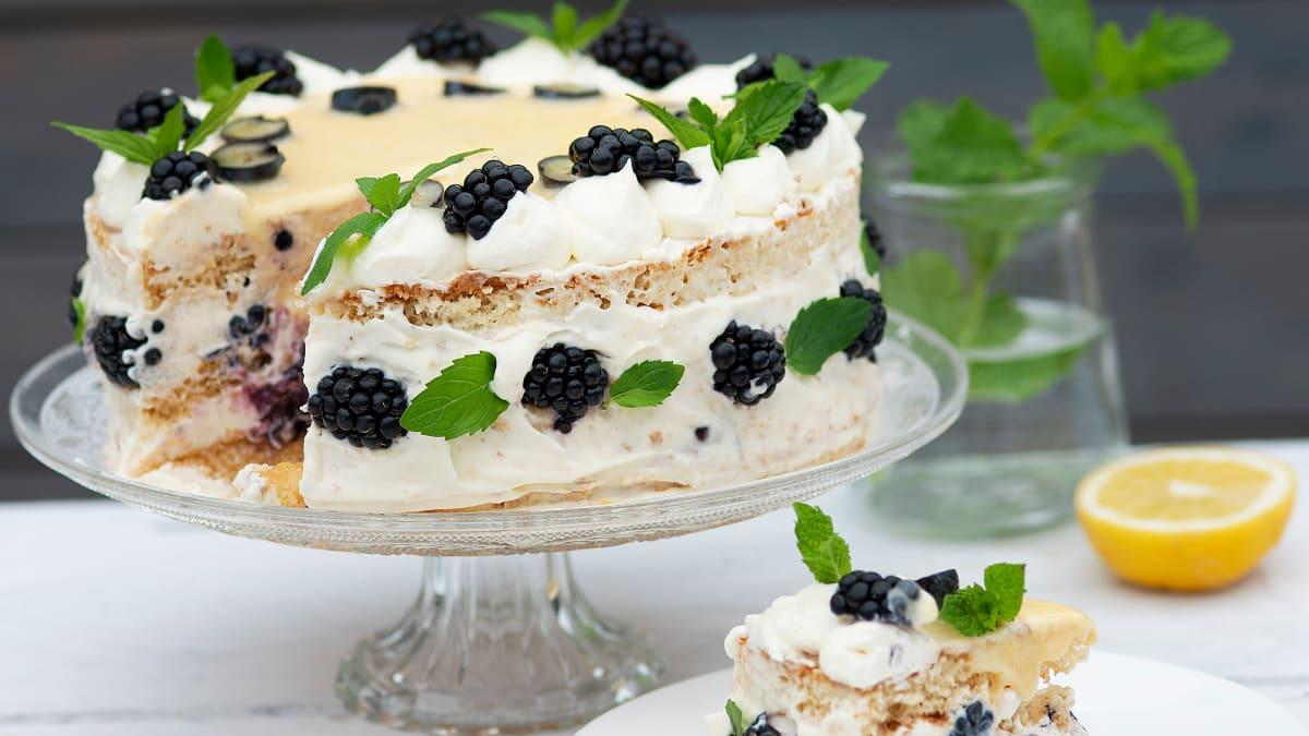 Maskarponės tortas su citrininiu kremu ir gervuogėmis