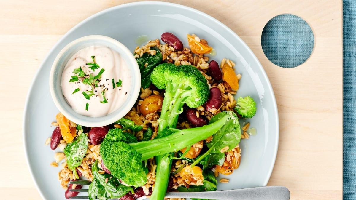 Brokoliai su kviečių grūdų salotomis ir jogurtu