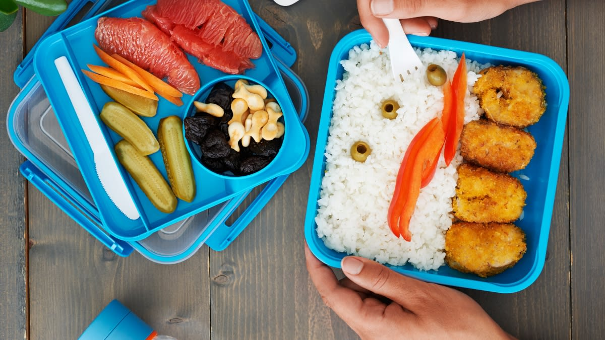 Dėžutė su žuvies gabaliukais kukurūzų dribsniuose