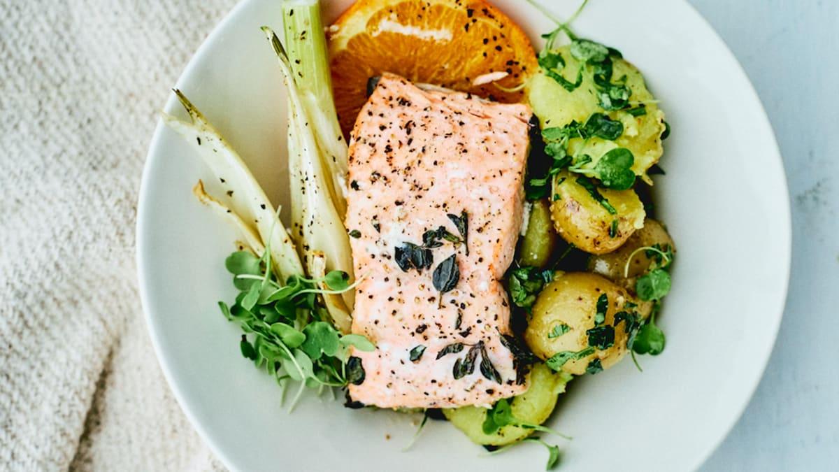 Zivs ar kartupeļu salātiem