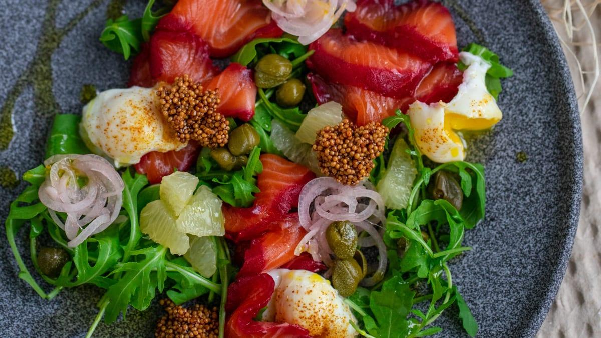 Bietēs marinēta laša salāti ar paipalu olām un kaperiem