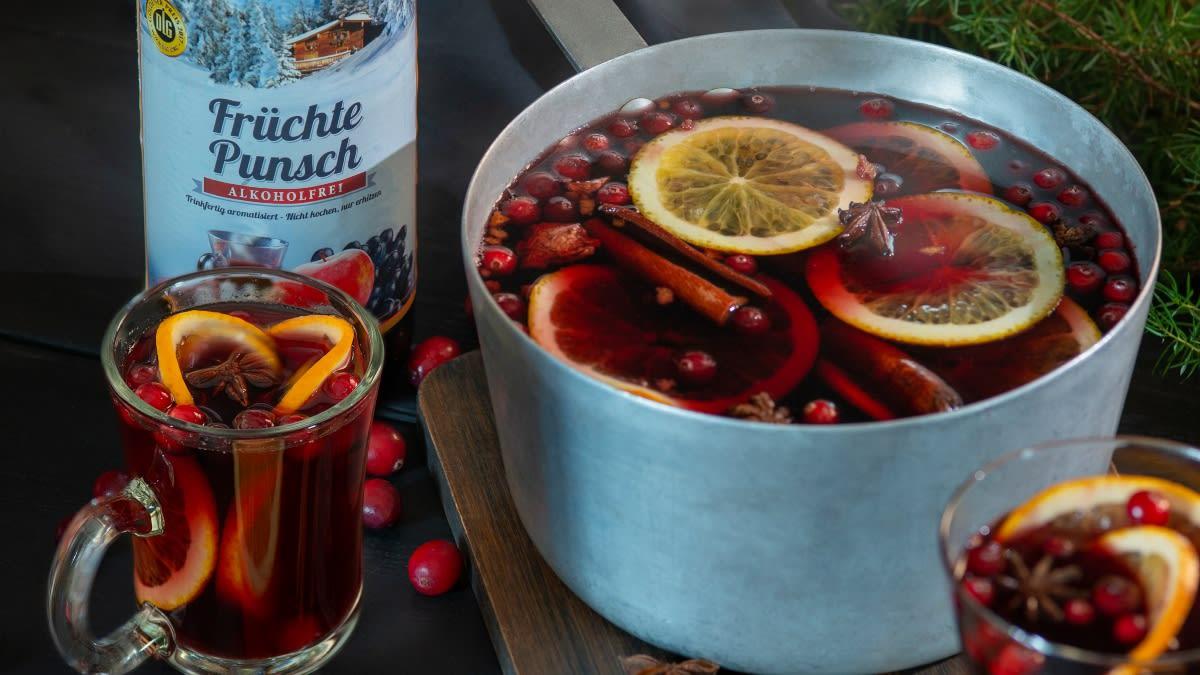 Karšto vyno gėrimas su apelsinais ir spanguolėmis
