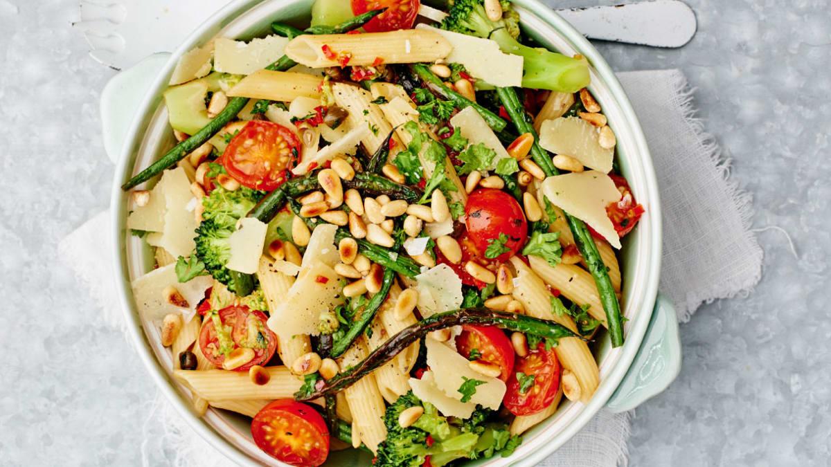 Makaronai su brokoliais, pagardinti kedrų riešutais ir šparaginėmis pupelėmis
