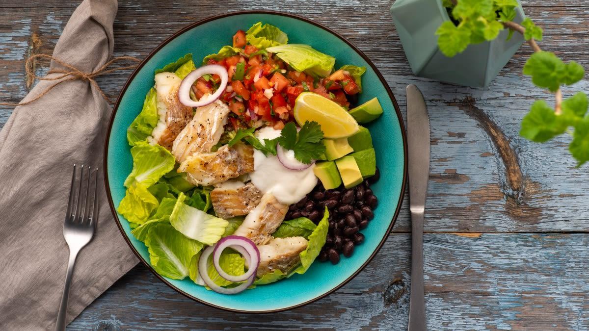 Romaninės salotos su žuvimi ir juodosiomis pupelėmis