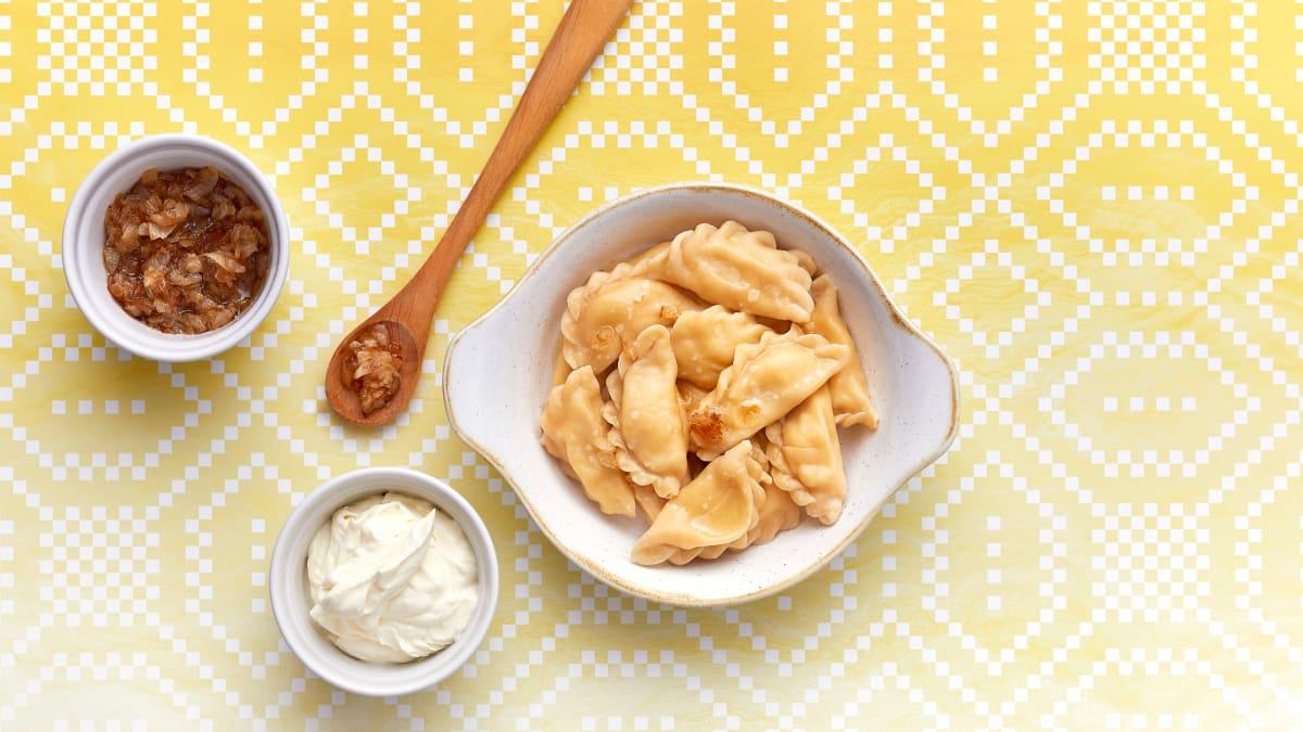 Vegetariški virtinukai su varškės sūriu, bulvėmis ir traškiais svogūnais