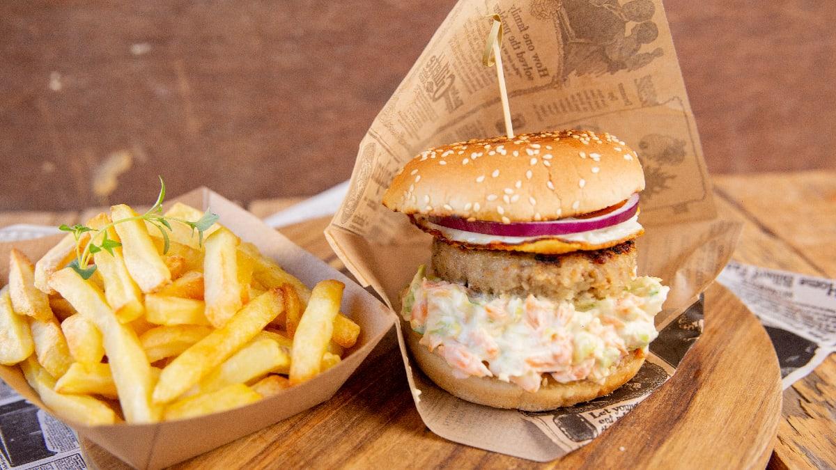 Klassikaline burger kapsa-porgandisalati, praemuna ja hakkšnitsliga