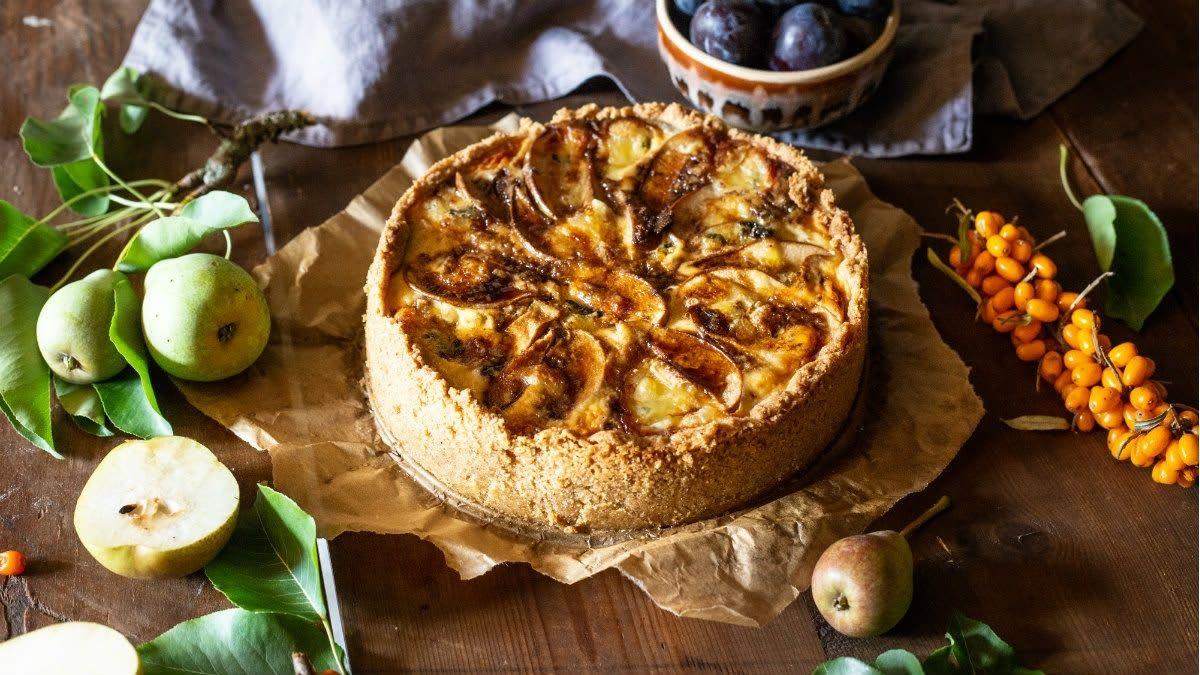Kriaušių pyragas su graikiniais riešutais