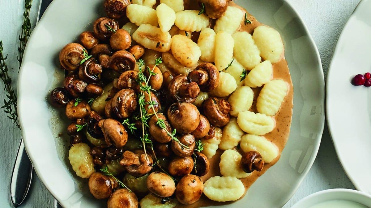 Kartupeļu klimpas ar mazo šampinjonu mērci