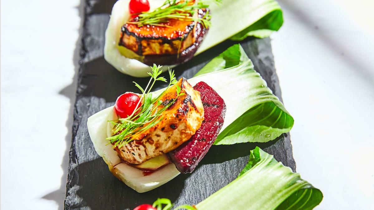 Salātu karotīte ar bieti un kazas sieru