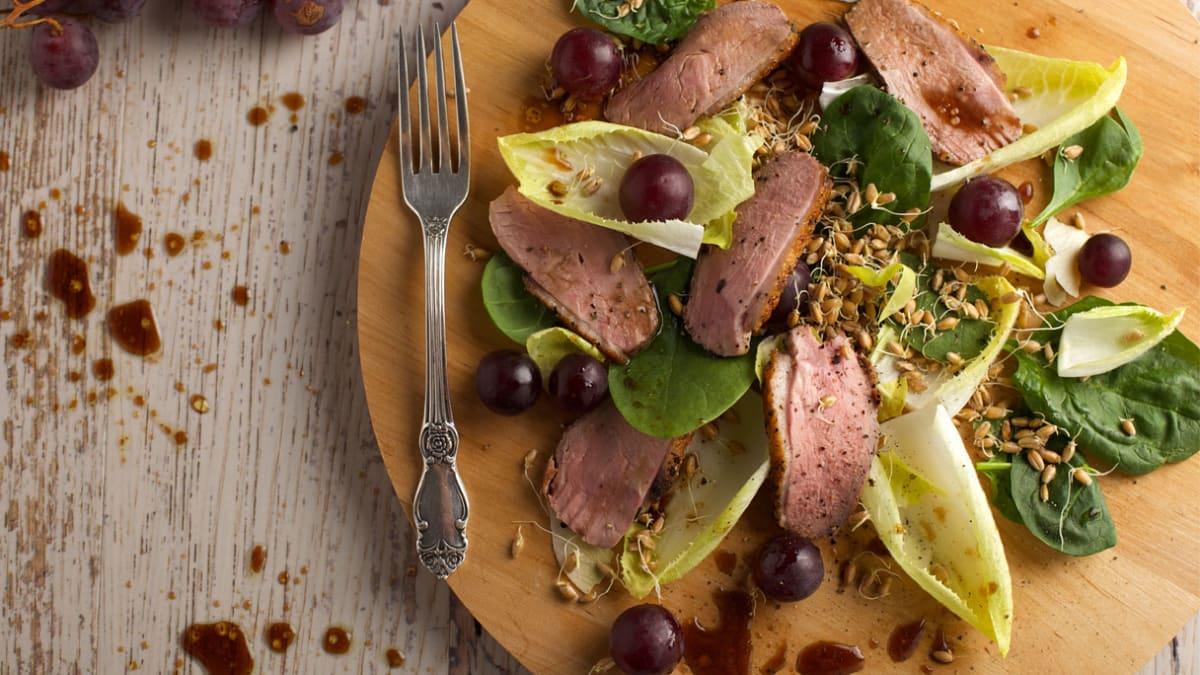 Vynuogių salotos su antiena, daigintais kviečiais ir cikorijų lapais