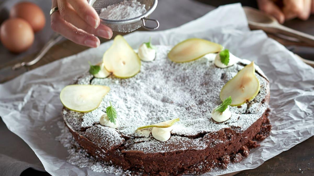 Šokoladinis kriaušių ir lazdynų riešutų pyragas