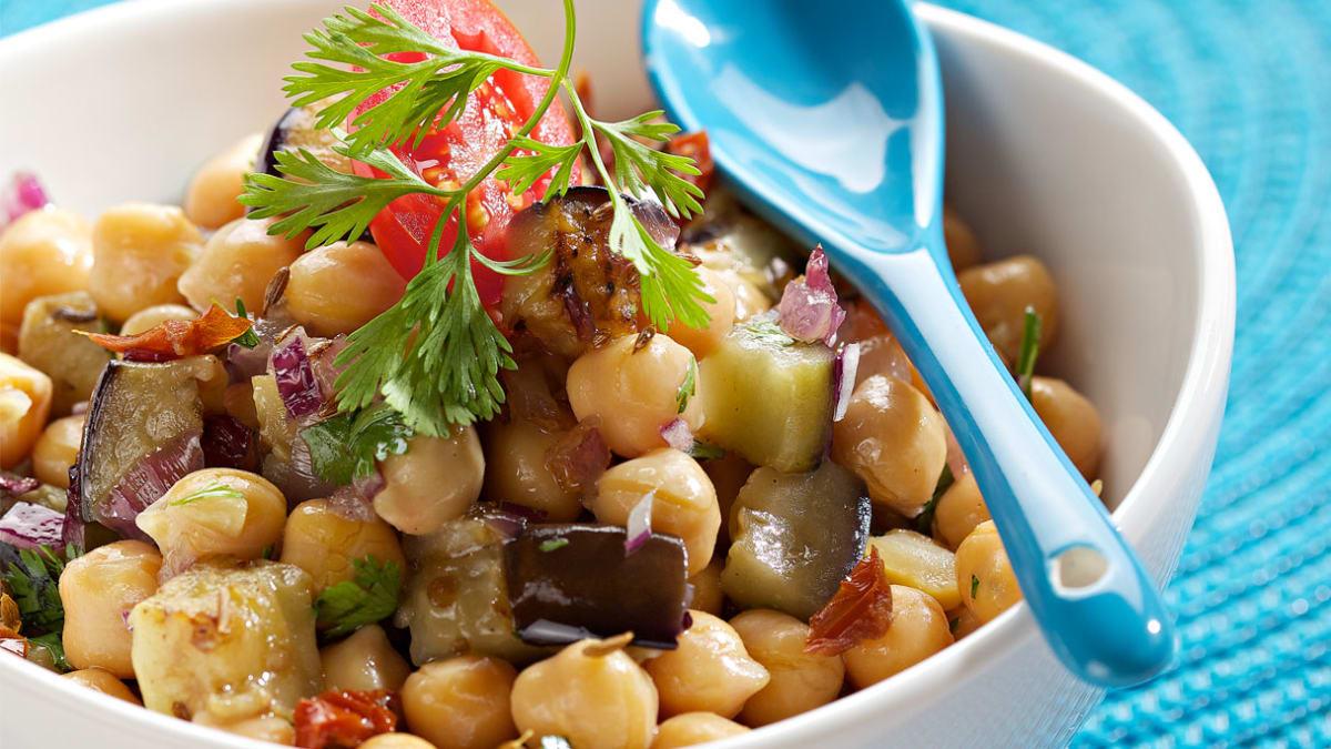 Šiltos avinžirnių salotos su baklažanais ir kuminu