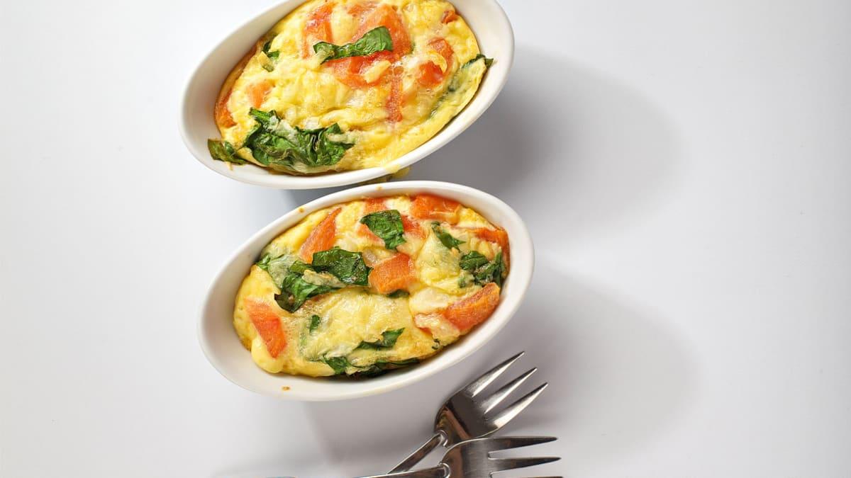 Orkaitėje keptas omletas su šviežiomis daržovėmis
