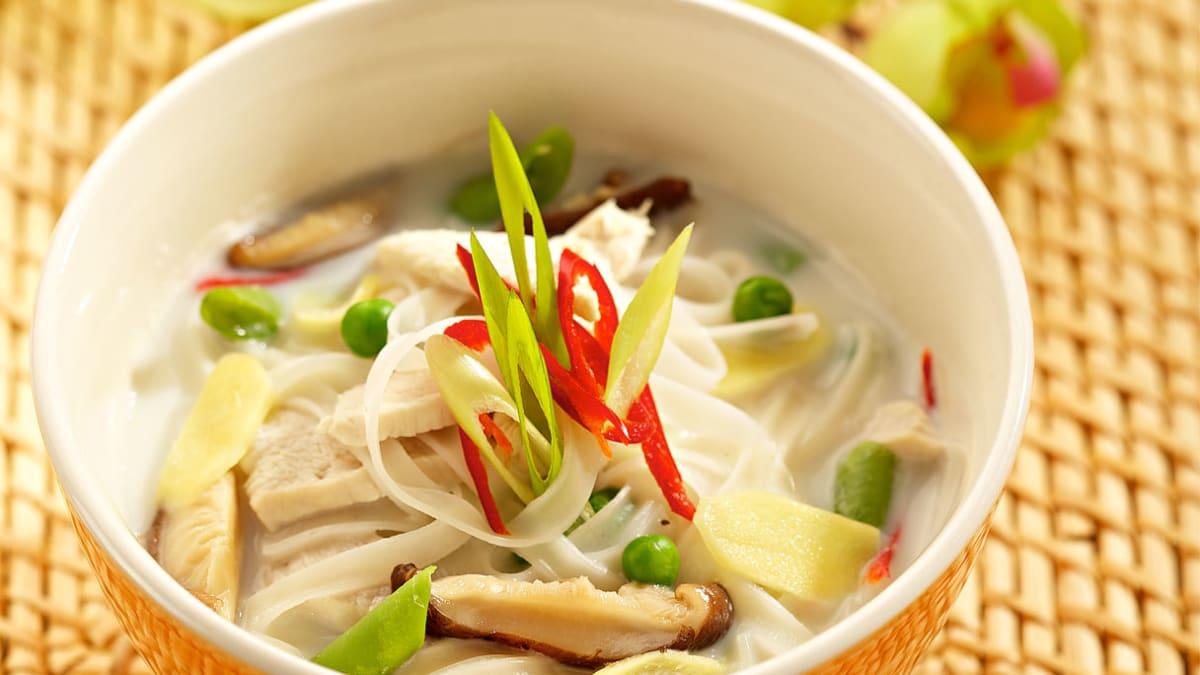 Sušildanti ryžių makaronų, vištienos ir imbiero sriuba
